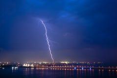 Ansicht eines Blitzes über Stadt nachts Lizenzfreie Stockfotos