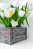 Ansicht eines Blumenstraußes der weißen Tulpen, die in einer Holzkiste stehen stockbilder