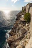 Ansicht eines Cafés auf einer Klippe in Dubrovnik Stockbild