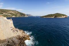 Ansicht eines Cafés auf einer Klippe und der Lokrum-Insel in Dubrovnik Stockbilder