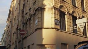Ansicht eines Eckgebäudes auf einer Straße am sonnigen Abend des Sommers Pan horizontal stock video footage