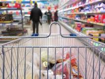 Ansicht eines Einkaufswagens mit Lebensmittelgeschäfteinzelteilen Lizenzfreie Stockfotografie
