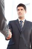 Ansicht eines ernsten Geschäftsmannes, der ein Abkommen schließt stockbilder