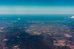 Ansicht eines Fensters innerhalb des Flugzeugs w?hrend eines Fluges stockfotos