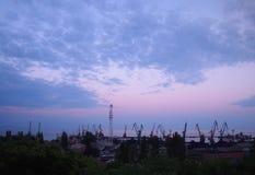 Ansicht eines Frachtseehafens gegen den bewölkten Himmel des Abends Stockfotos