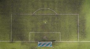 Ansicht eines Fußballplatzes mit den blauen und weißen Zielen von oben Lizenzfreie Stockfotos