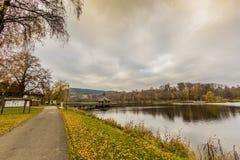 Ansicht eines Fußwegs nahe bei dem Doyards See mit seinem Gazebo mitten in dem See stockfotos