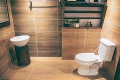 Ansicht eines geräumigen und eleganten Badezimmers stockfoto