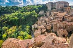 Ansicht eines grünen Tales in Sorano über roten Dächern Lizenzfreies Stockfoto