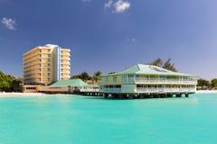 Ansicht eines Hotels von einem Katamaran in Carlisle Bay in Barbados Lizenzfreies Stockbild