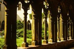 Ansicht eines inneren Hofes von der durchdachten Architektursteinmetzarbeit einer Kirche Lizenzfreie Stockfotografie