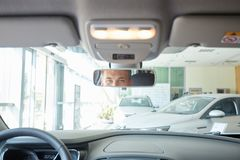 Ansicht eines jungen Geschäftsmannpaares in ihrem nagelneuen Auto lizenzfreie stockfotos