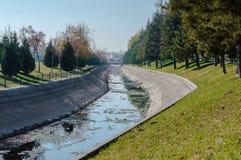 Ansicht eines Kanals an einem sonnigen Tag Lizenzfreies Stockbild