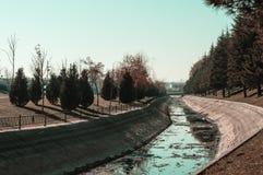 Ansicht eines Kanals an einem sonnigen Tag Stockbild