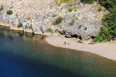 Ansicht eines kleinen Strandes auf Gardon-Fluss in Süd-Frankreich stockfotos