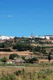 Ackerland und weißes Dorf, Medina Sidonia. Lizenzfreies Stockfoto