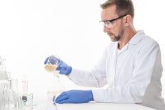 Ansicht eines Mannes im Labor, während die Ausführung experimentiert stockfotos