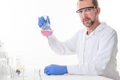 Ansicht eines Mannes im Labor, während die Ausführung experimentiert stockbild