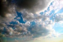 Ansicht eines schönen blauen Himmels mit Kumuluswolken lizenzfreie stockbilder