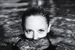 Ansicht eines schönen Mädchens vom Wasser Stockfotos