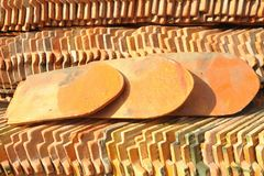 Ansicht eines Stapels des Musters der Dachfliesen. Lizenzfreies Stockbild