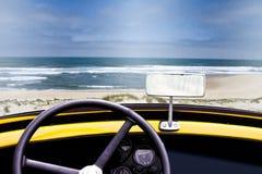 Ansicht eines Strandes innerhalb eines alten umwandelbaren Autos Stockfotografie
