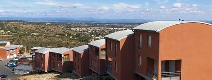 Ansicht eines Tales von einem Hügel mit Ferienhäusern Stockbilder