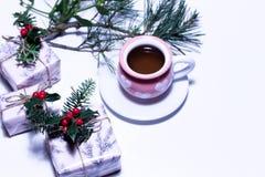 Ansicht eines Teebechers und des Weihnachtsgeschenks oder -Präsentkartons eingewickelt im Papier Geschenke gebunden mit Band Hint Lizenzfreie Stockfotografie