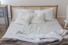 Ansicht eines ungemachten zerknitterten Betts Stockbild