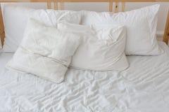 Ansicht eines ungemachten zerknitterten Betts Stockfoto