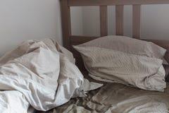 Ansicht eines ungemachten zerknitterten Betts Lizenzfreies Stockfoto