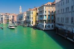 Ansicht eines venetianischen Kanals, der antike Bezirk von Venedig mit zu Lizenzfreie Stockfotografie