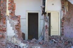 Ansicht eines verfallenen Hauses Die zerstörten Wände im Prozess Stockfoto
