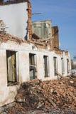Ansicht eines verfallenen Hauses Die zerstörten Wände im Prozess Stockfotografie