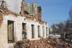 Ansicht eines verfallenen Hauses Die zerstörten Wände im Prozess Lizenzfreies Stockfoto