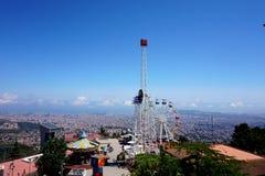 Ansicht eines Vergnügungsparks und nach Barcelona, öffnend von der Höhe des Hügels von Tibidabo lizenzfreies stockfoto