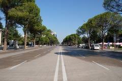 Ansicht entlang den Boulevard Bulevardi Deshmoret e Kombit in Tirana lizenzfreie stockfotografie