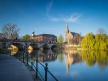 Ansicht entlang den Fluss Severn zur englischen Brücke lizenzfreie stockfotografie