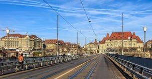 Ansicht entlang die Kirchenfeldbrucke-Brücke in Bern, die Schweiz Lizenzfreie Stockfotografie