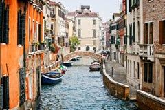 Ansicht entlang einen Kanal in Venedig stockbild