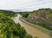 Ansicht entlang Fluss Avon und Avon sättigen sich von der Hängebrücke lizenzfreie stockfotos