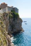 Ansicht entlang Klippenseitenstadtmauer in Dubrovnik Lizenzfreie Stockfotografie