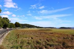 Ansicht entlang Promenade an den Gutshof-über-Sanden Cumbria Lizenzfreie Stockfotos