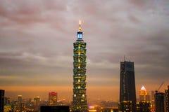 Ansicht errichtenden Sonnenuntergangs Taipehs 101 in Taipeh, Taiwan Stockfoto