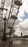 Ansicht Ferris Wheels, Westminster-Palast und des Big Bens, London Stockbild