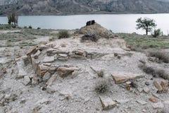 Ansicht?ffnung auf das Chirkei-Reservoir vom Ufer Berge im Hintergrund des bew?lkten Himmels Sulak-Schlucht, Dagestan lizenzfreie stockfotos