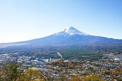 Ansicht Fuji und Stadt lizenzfreie stockbilder