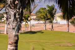 Ansicht in Golfplatz mit blauem Himmel lizenzfreie stockfotos