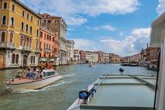 Ansicht Grand Canal s mit Booten und Gebäuden in Venedig Lizenzfreies Stockfoto