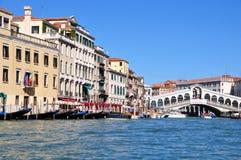 Ansicht Grand Canal s und der Rialto-Brücke herein stockbild